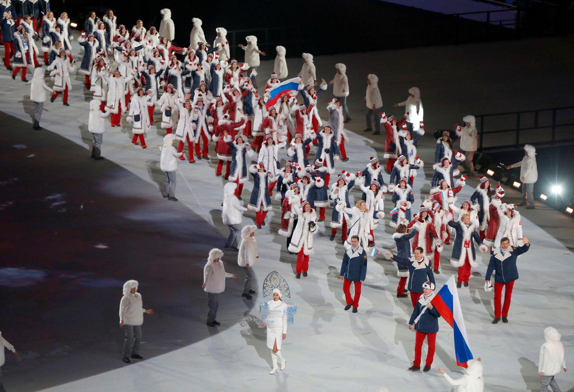 SOTSJI: Russland på vei inn på stadion under åpningsseremonien i OL i 2014. IOC-medlemmet Aleksander Zjukov går rett bak mannen som er flaggbærer, Aleksander Zubkov.