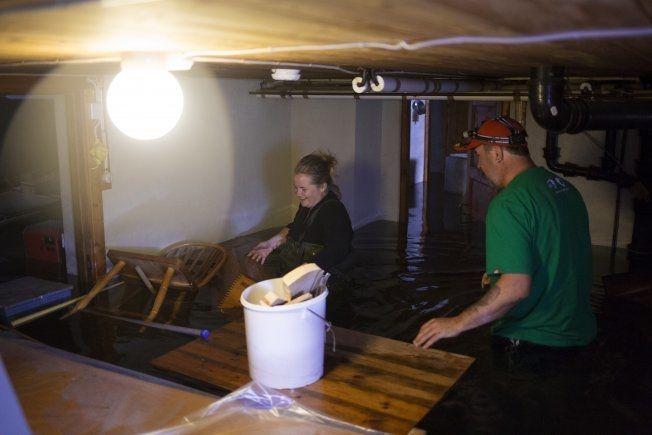 Odd Gunnar Smette (85) i Nybergsund har sett kjelleren fylles med vann. Han fikk hjelp av naboene Linnea Jonsson (25) og Jørn Heggbranna (45) til å tømme den. Foto: Kyrre Lien