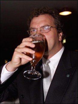 POPULÆR: Langt flere ønsker å drikke øl med Lars Sponheim (V) enn de som stemmer Venstre. Her fra kommune- og fylkestingsvalget i 1999 hvor Sponheim feirer valgresultatene med dansk øl. Foto: Scanpix