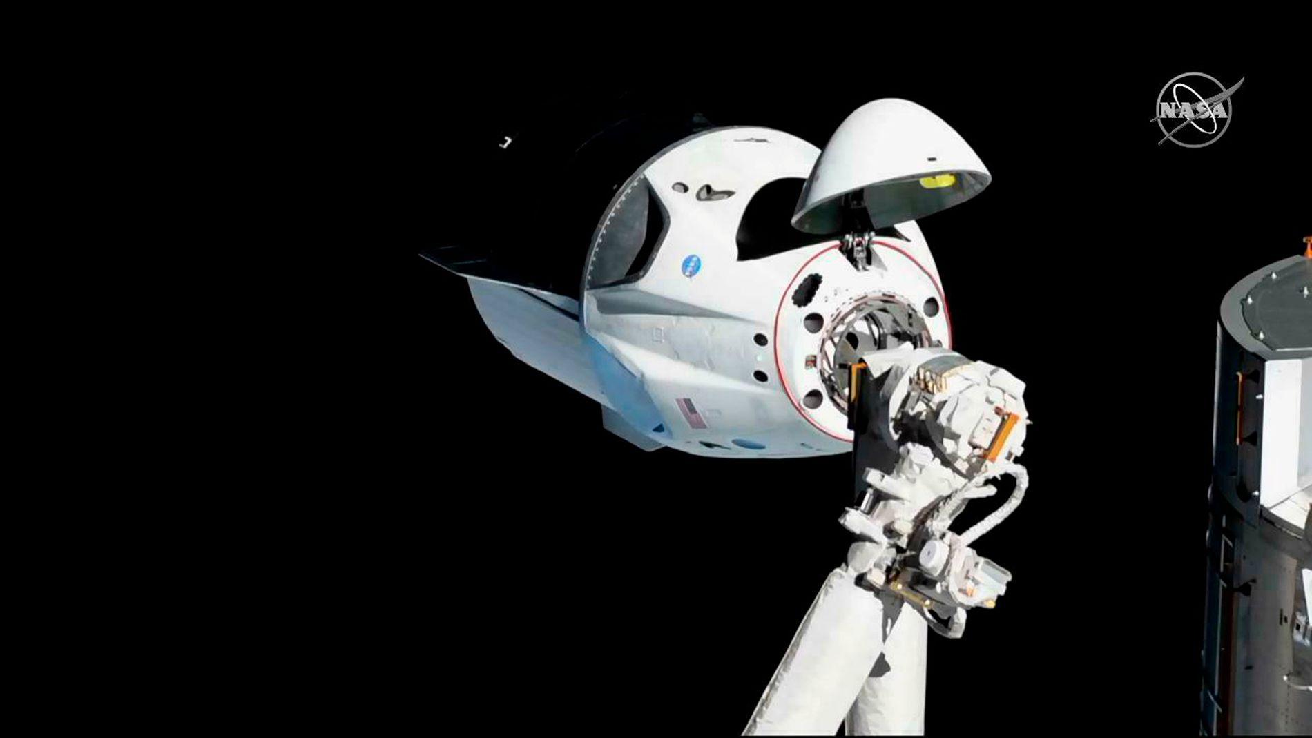 LIK ROMKAPSEL: Et bilde fra 3. mars viser en Crew Dragon-kapsel fra selskapet SpaceX ved Den internasjonale romstasjonen. Den vellykkede testturen foregikk uten mannskap. Det er nå bekreftet at en slik romkapsel ble fullstendig ødelagt i en eksplosjon på Cape Canaveral 20. april.