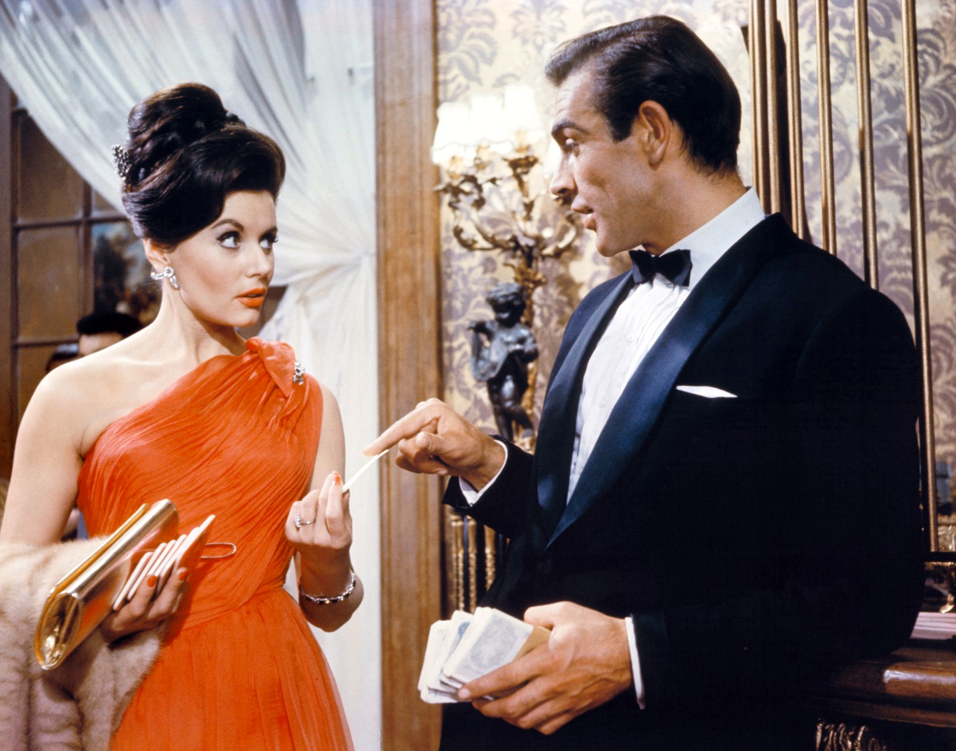 FØRSTE BOND-PIKE: Eunice Gayson, som Sylvia Trench, spiller mot Sean Connery, som James Bond.