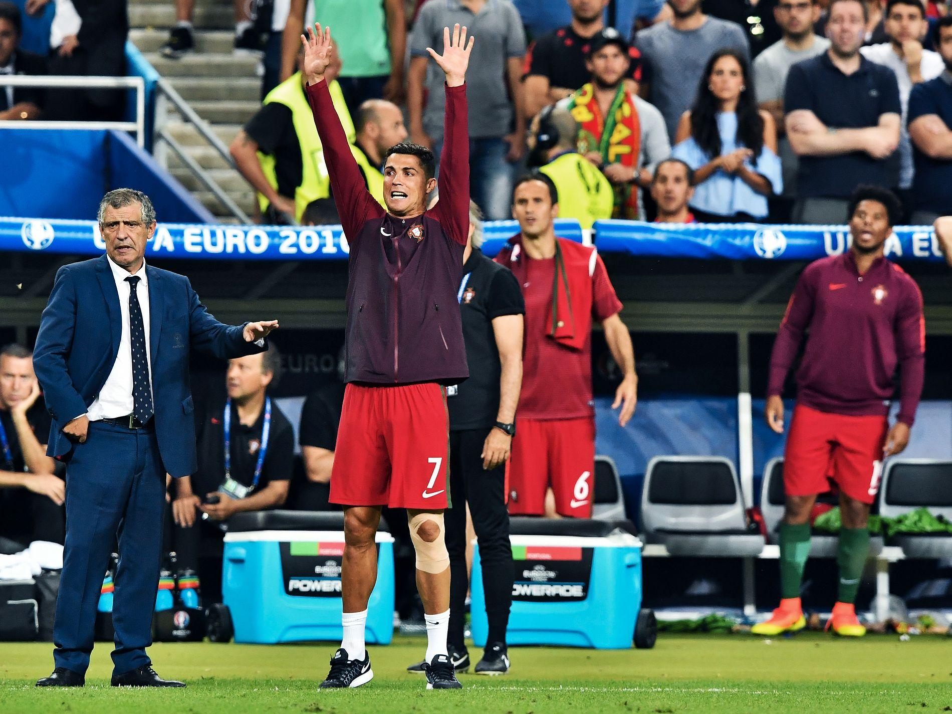 BIDRO FRA LINJA: Ronaldo måtte ut etter 25 minutter, men bidro som best han kunne langs sidelinjen.