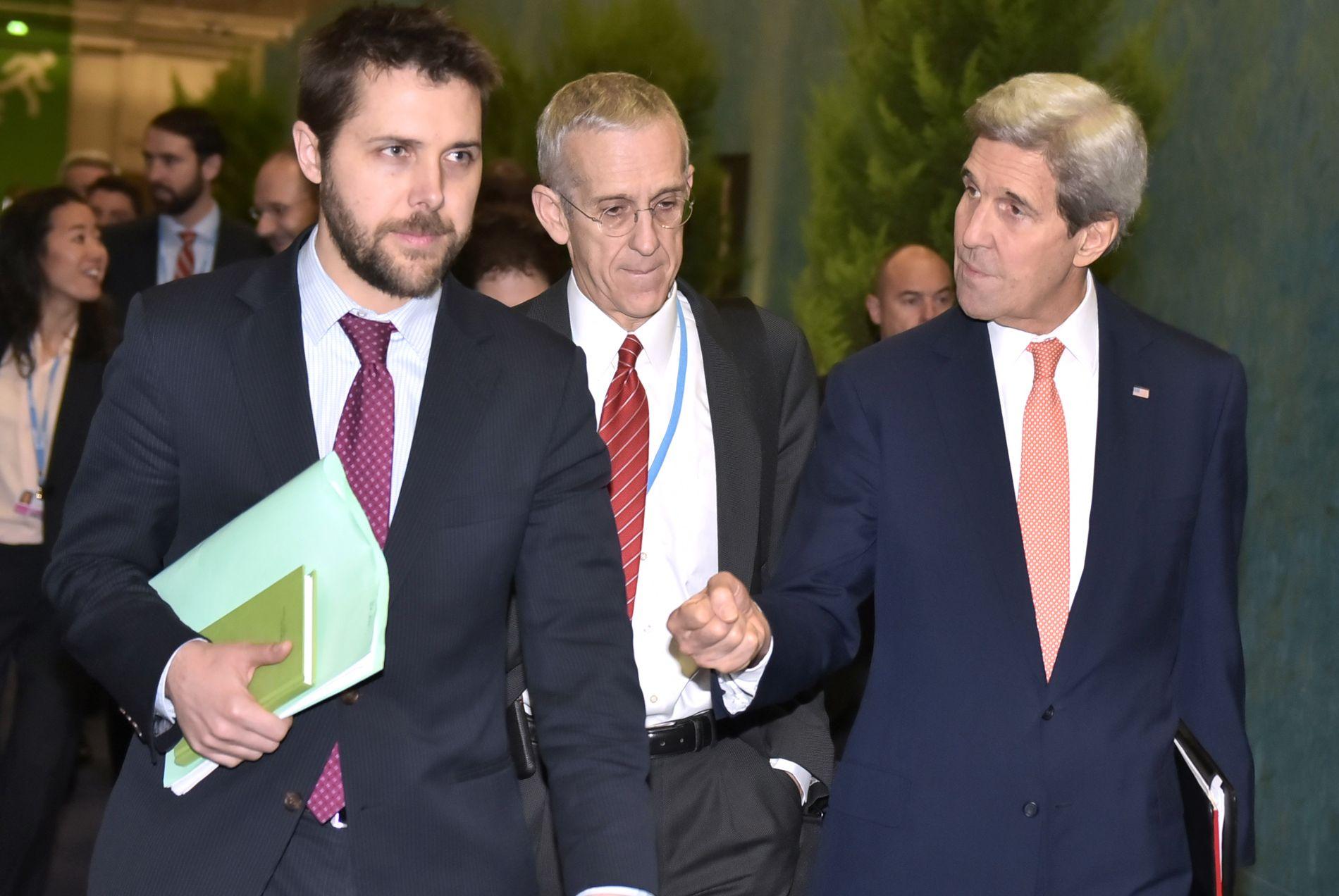 FLAU AV TRUMP: Brian Deese (t.v) gjestet tirsdag Zero-konferansen i Oslo. Han var tidligere president Barack Obamas nærmeste klimarådgiver. Her under klimaforhandlingene i Paris, sammen med USAs tidligere utenriksminister John Kerry (t.h) og med klimaforhander Todd Stern.