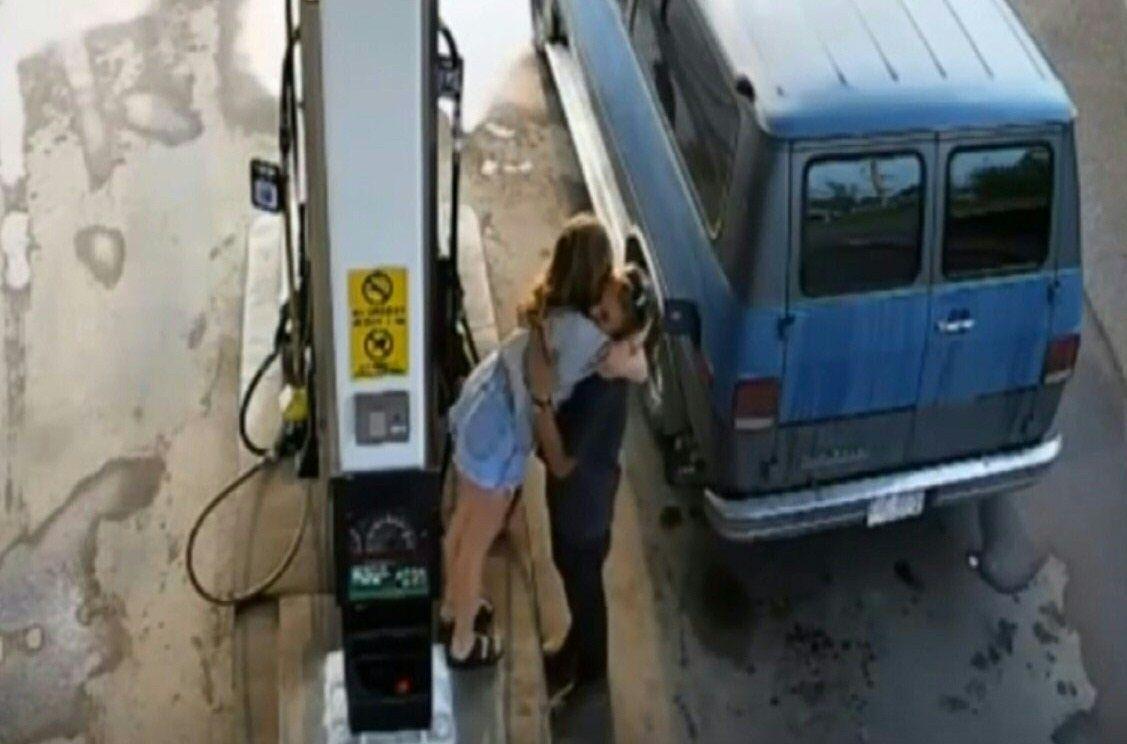 SISTE KJENTE BILDE: Politiet i Canada offentliggjorde tirsdag dette bildet av kjæresteparet Lucas (23) og Chynna (24) på en bensinstasjon i Fort Nelson i Canada. Bildet er tatt 13. juli – to dager før paret ble funnet døde.
