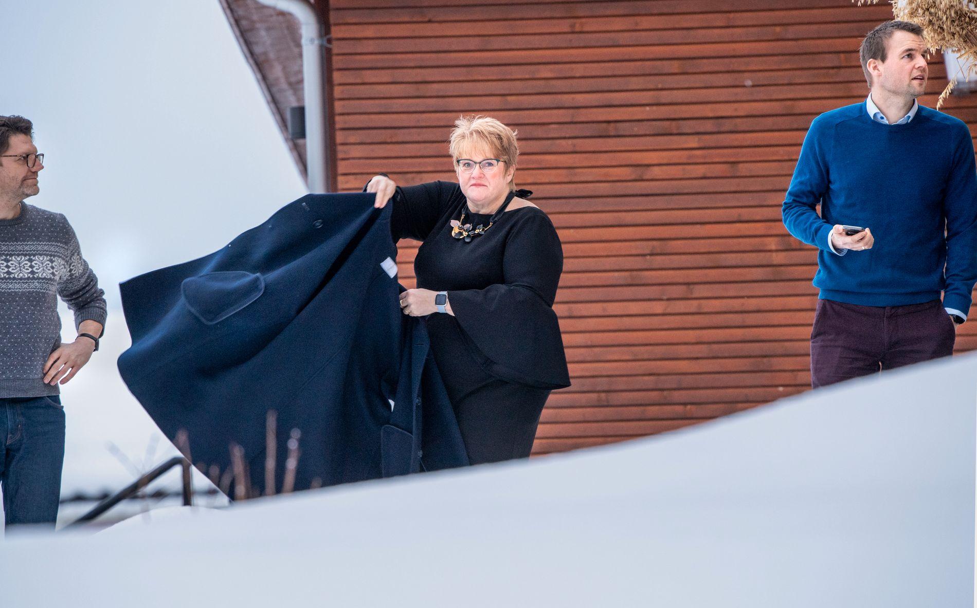 UTE I STORMEN: Venstre-leder Trine Skei Grande ute i snøværet på Granavolden onsdag denne uken, her med sin egen nestleder Terje Breivik og KrFs nestleder Kjell Ingolf Ropstad.