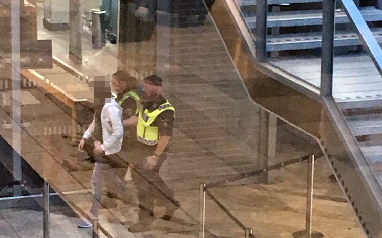 PÅGRIPES: Her blir personen som ble stoppet pågrepet av svensk politi.