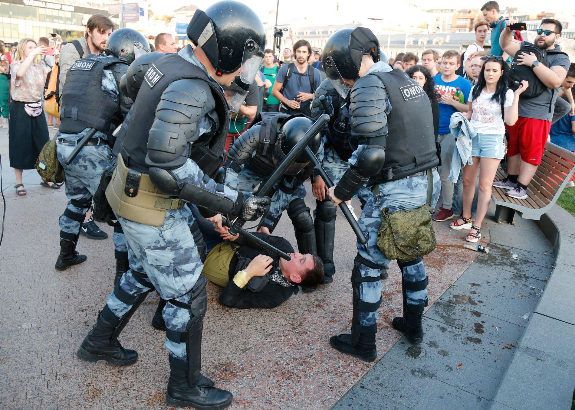 BRUTALT: Opprørspolitiet OMON var satt inn mot demonstrantene i Moskva sist lørdag. Opposisjonen protesterte mot at deres kandidater ikke får delta i lokalvalget. Protesten var ikke godkjent av lokale myndigheter.