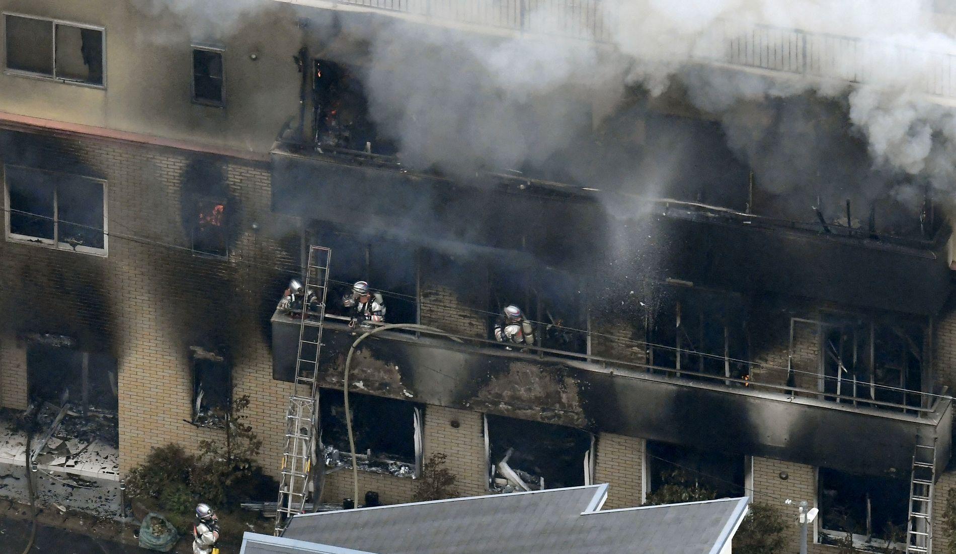 KONTROLL: Brannen skal nå være under kontroll, og brannmannskapene er i gang med å gjennomsøke bygningen.