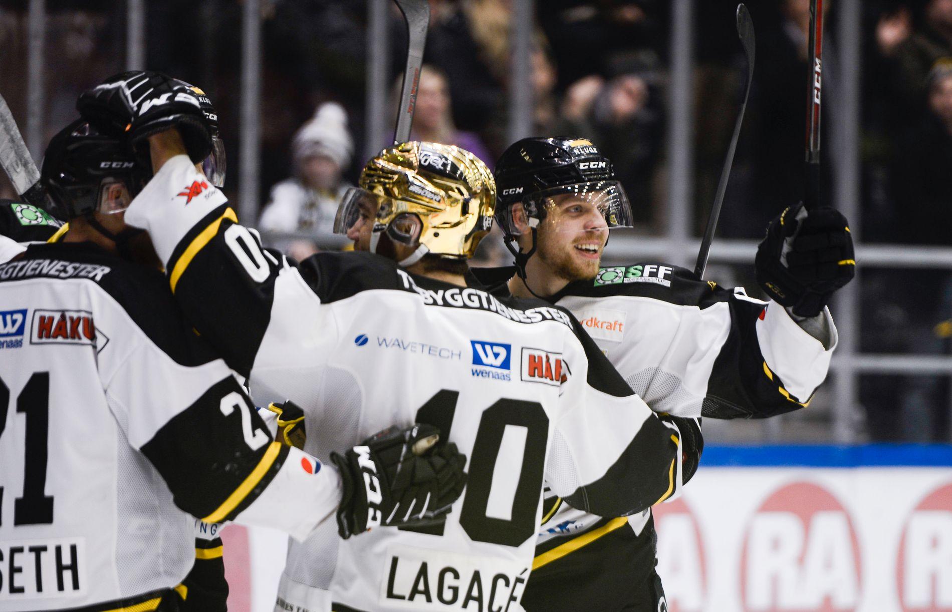 FØRSTE MÅLSCORER: Her feirer Markus Søberg (t.h) og lagkameratene etter 1–0-scoringen i DNB Arena.