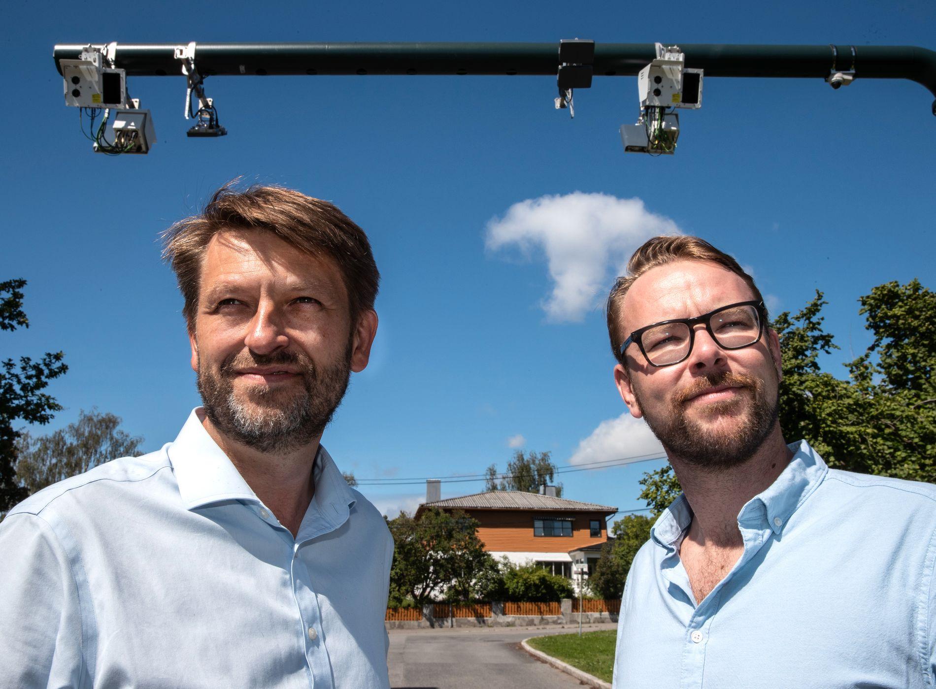HØYRES SOMMERUNIFORM: De stilte begge i lyseblå skjorte i sommersolen da de møtte VG ved en bomstasjon i Oslo: Eirik Lae Solberg (t.v.) og Harald Victor Hove, Høyres byrådslederkandidater i Oslo og Bergen.