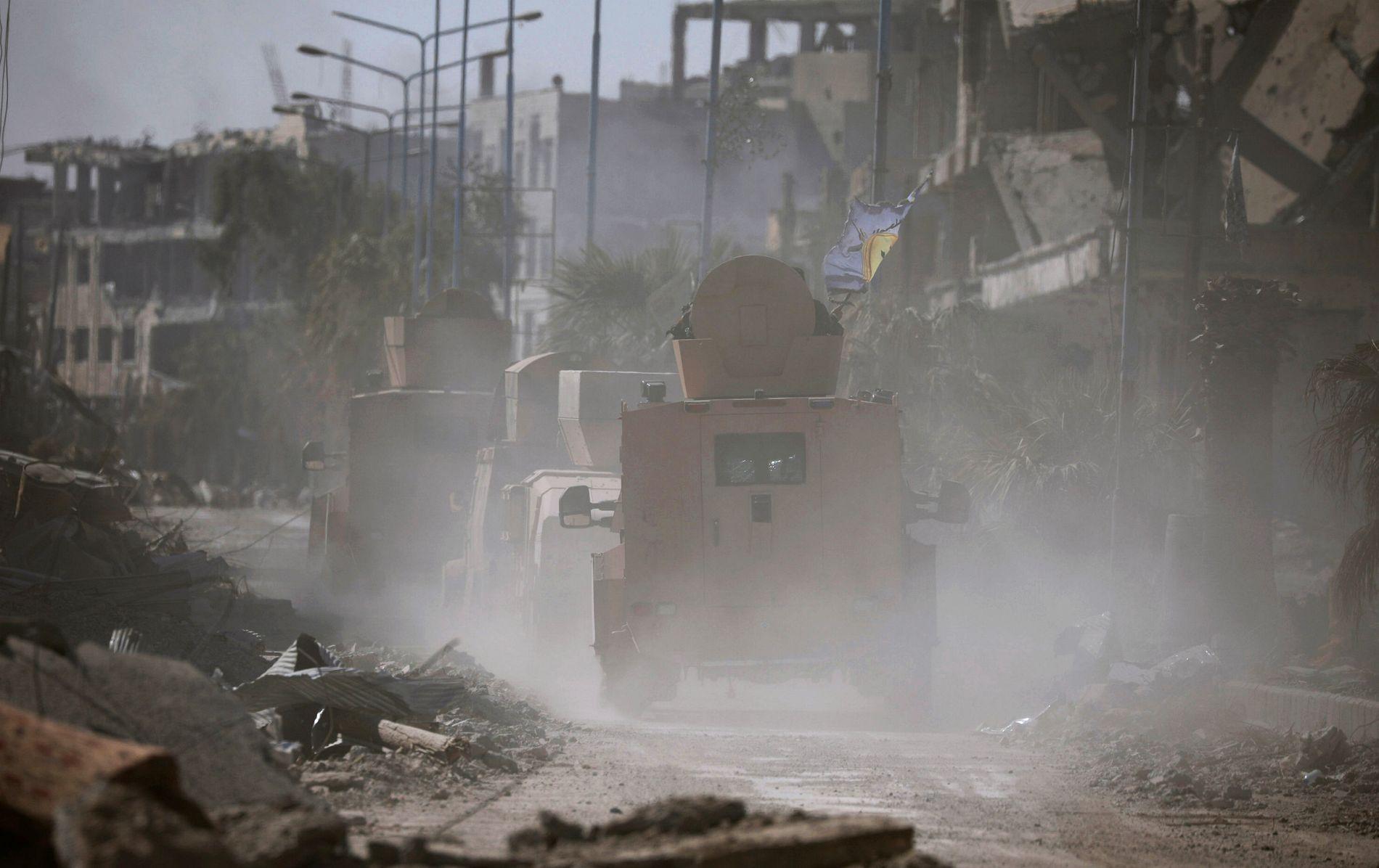 KAMPER: Militærkjøretøy i aksjon inne i Raqqa 16. oktober.