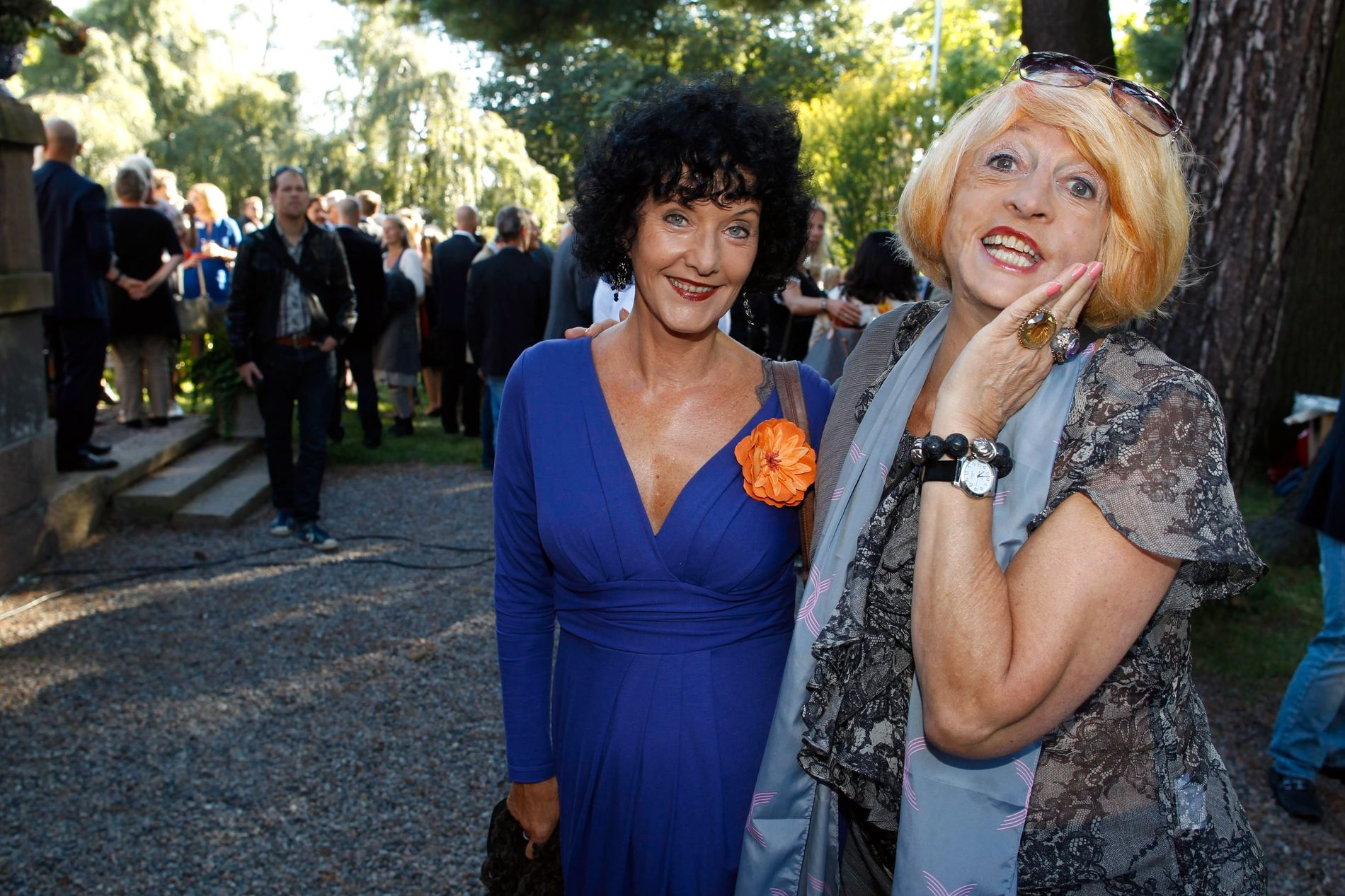 I FESTLIG LAG: Astrid Gunnestad (t.h) her sammen med Unni Lundell på Aschehougs hagefest i 2012.