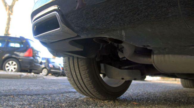 FOR SYNS SKYLD: Her er de to ekte eksosrørene under bilen. I front av bildet ligger en av de to uttakene som tilsynelatende er til eksos. Her kommer det imidlertid ikke noe eksos ut.