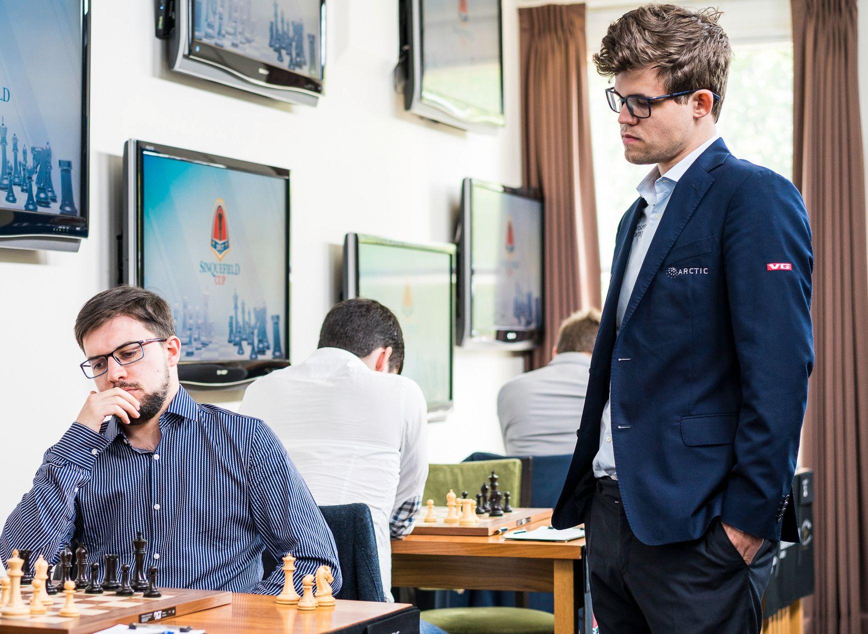 KIKKER: Magnus Carlsen titter på Maxime Vachier-Lagrave, som gikk til topps i Sinquefield Cup.