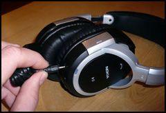 For å lade BH-604 bruker du en vanlig Nokia-lader. (Foto: Einar Eriksen)