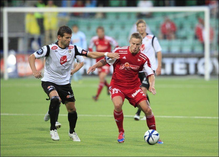 HJEMMETAP: Sogndals Eirik Bakke i duell med Fredrikstads Alexander Ruud Tveter da gjestene vant 1-3 på Fosshaugane 29. juni. Foto: NTB Scanpix
