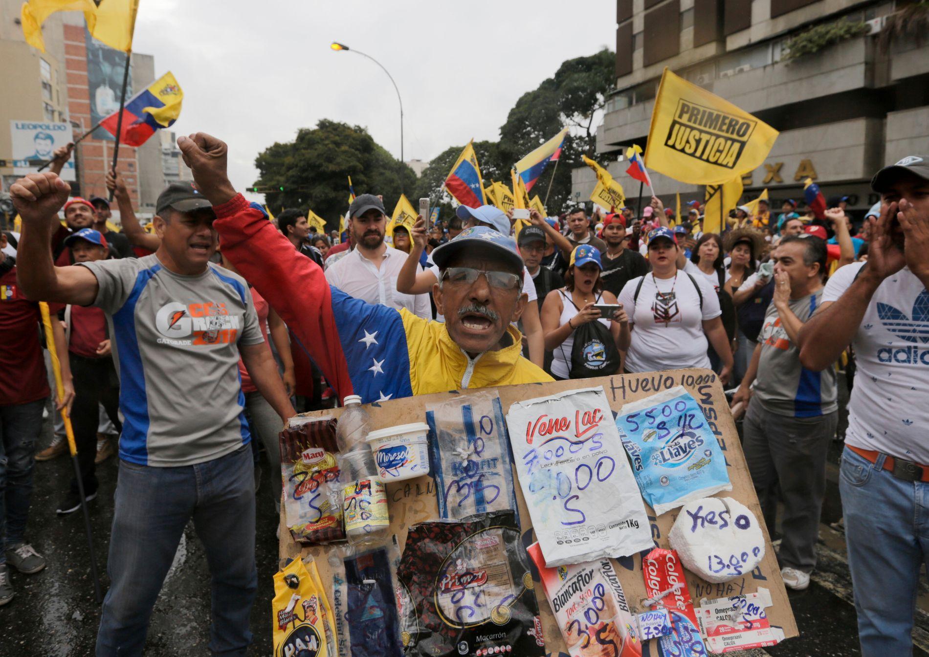 DEMONSTRERER: Motstandere av Venezuelas president Nicolás Maduro demonstrerer i Caracas.