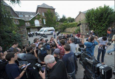 REAKSJONER: Det var stort presseoppbud utenfor klarisserklosteret i den belgiske byen Melonne tirsdag. at Michelle Martin, ekskona til barnedrapsmannen Marc Dutroux, skal bli nonne i dette klosteret.
