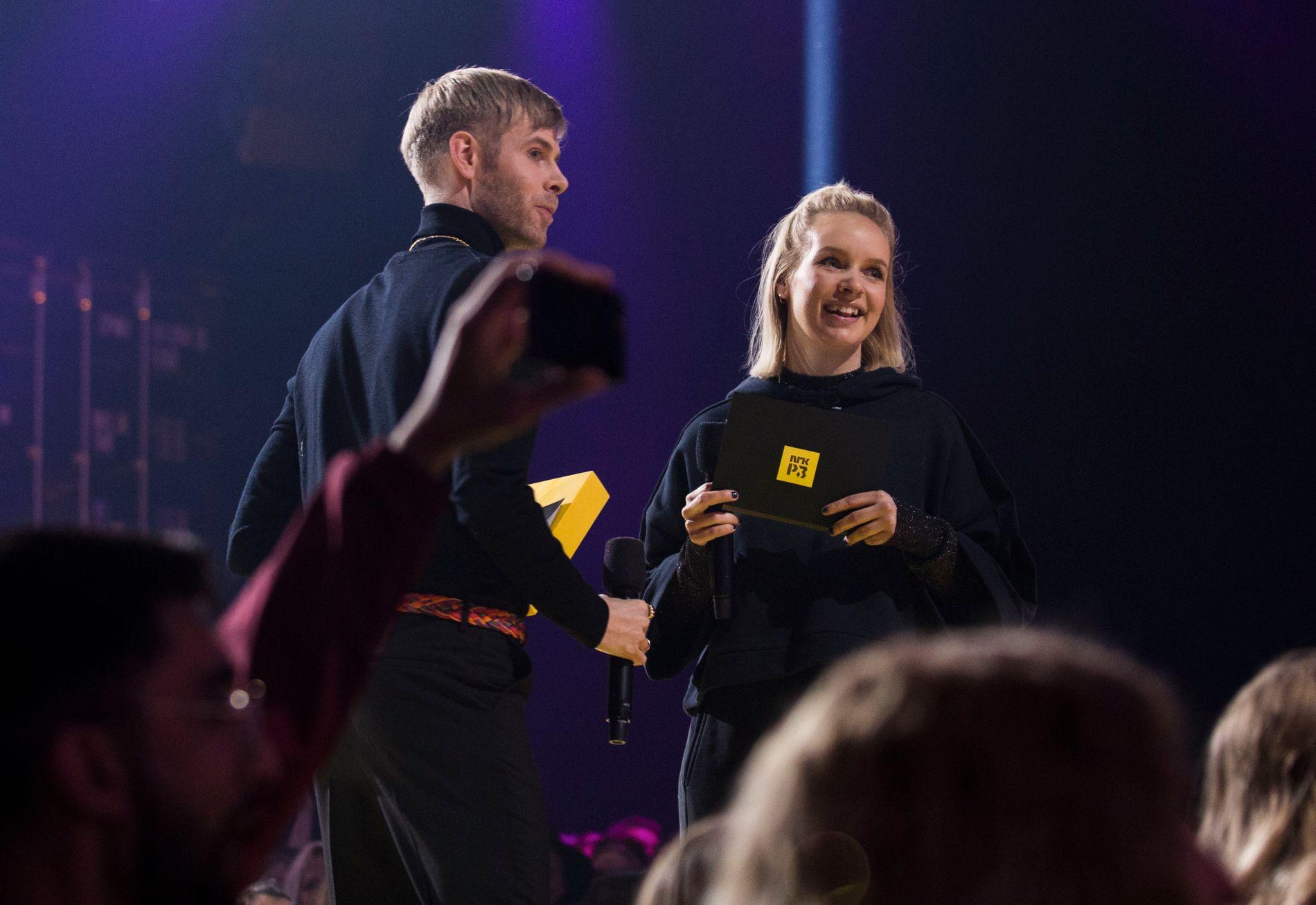 P3 GULL: Little Big Sister-Lars Vaular og Christine Dancke delte sammen ut pris til Little Big Sister-Karpe Diem i november.