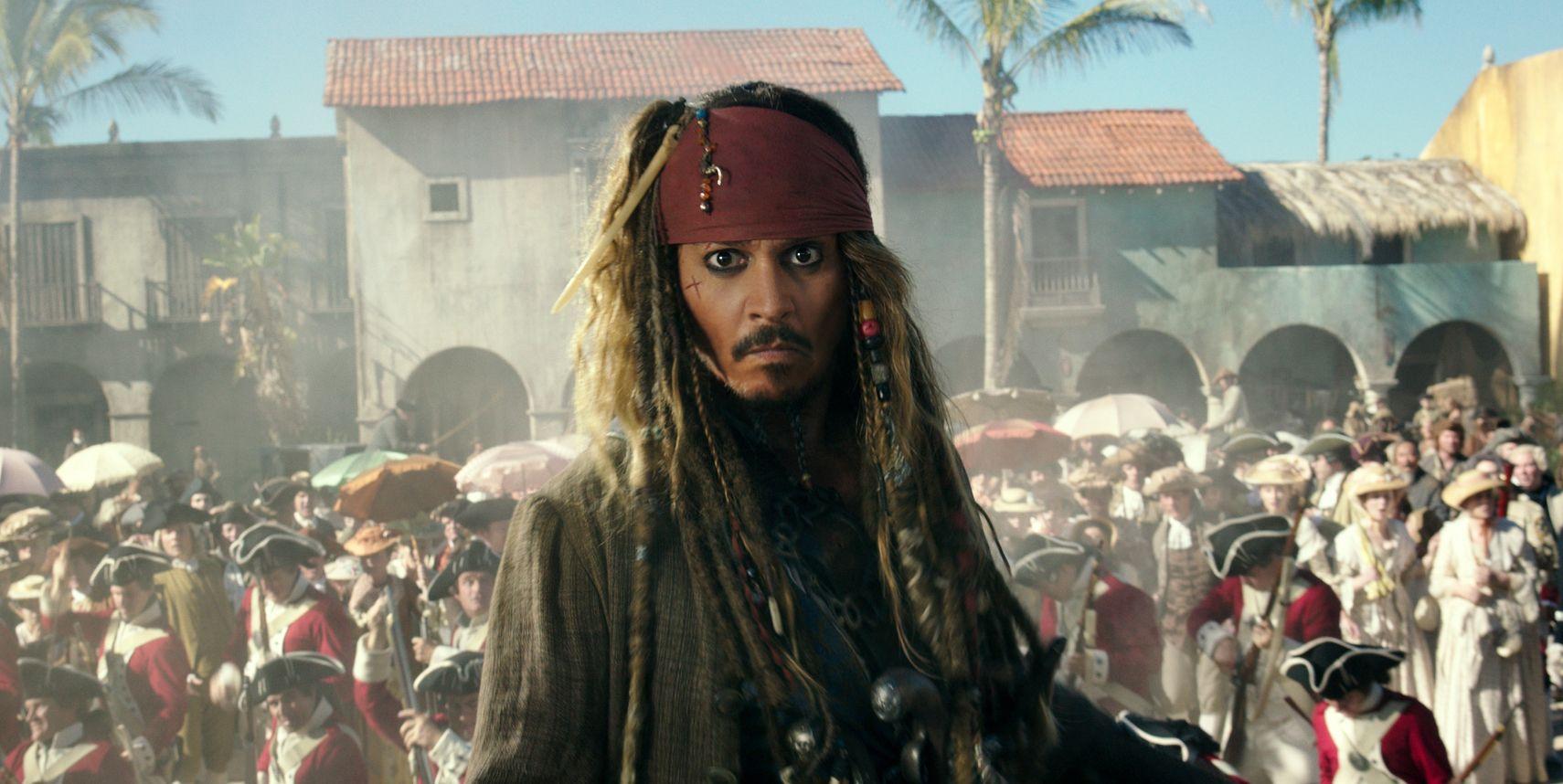 SLAKTES: Johnny Depp i vante gevanter, for femte gang i rollen som kaptein Jack Sparrow. Men den seneste Pirates of the Caribbean-filmen går hard medfart i USA. Foto: DISNEY/AP