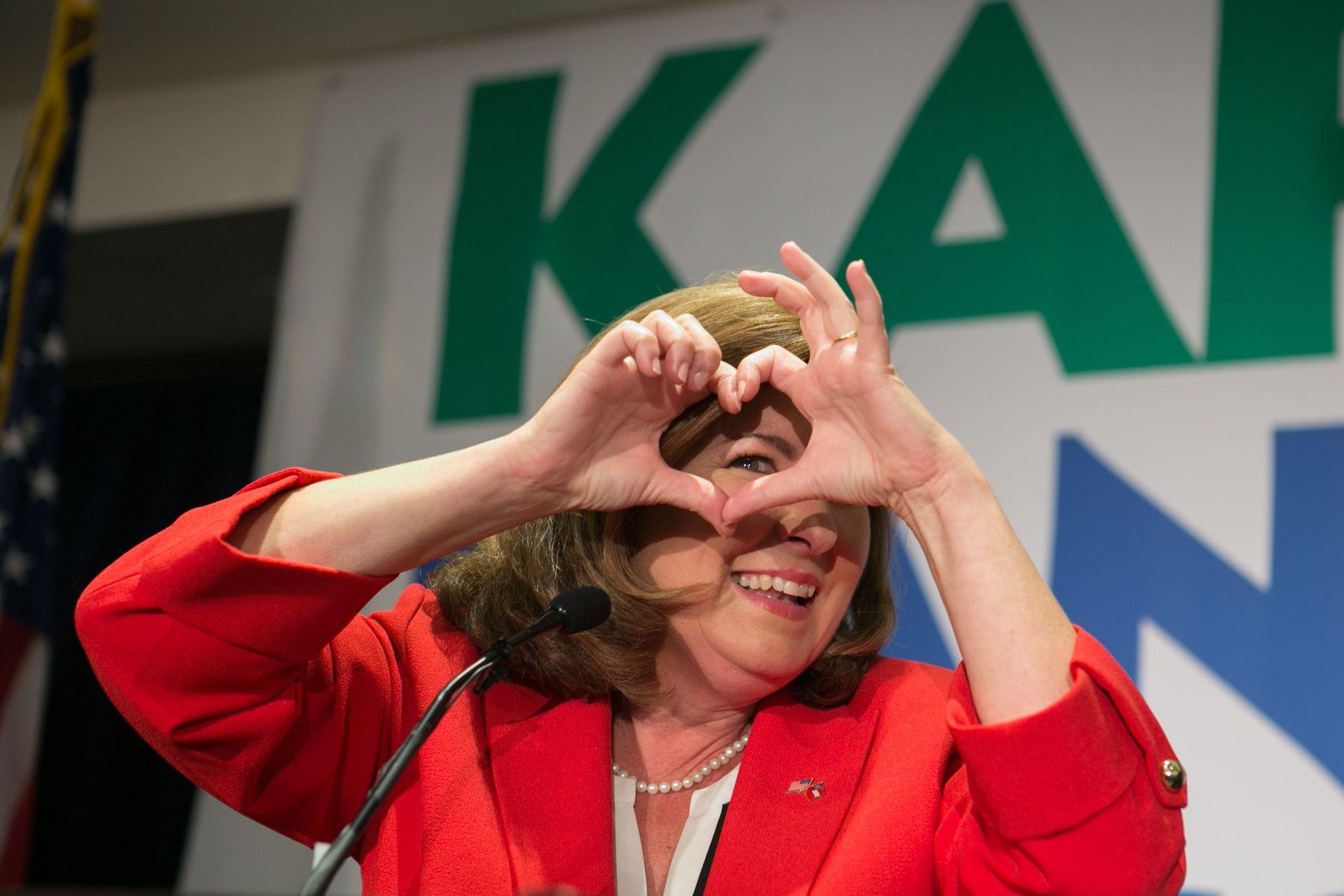 REPUBLIKANER: Karen Handel viser hjertesymbolet på et arrangement på valgdagen.