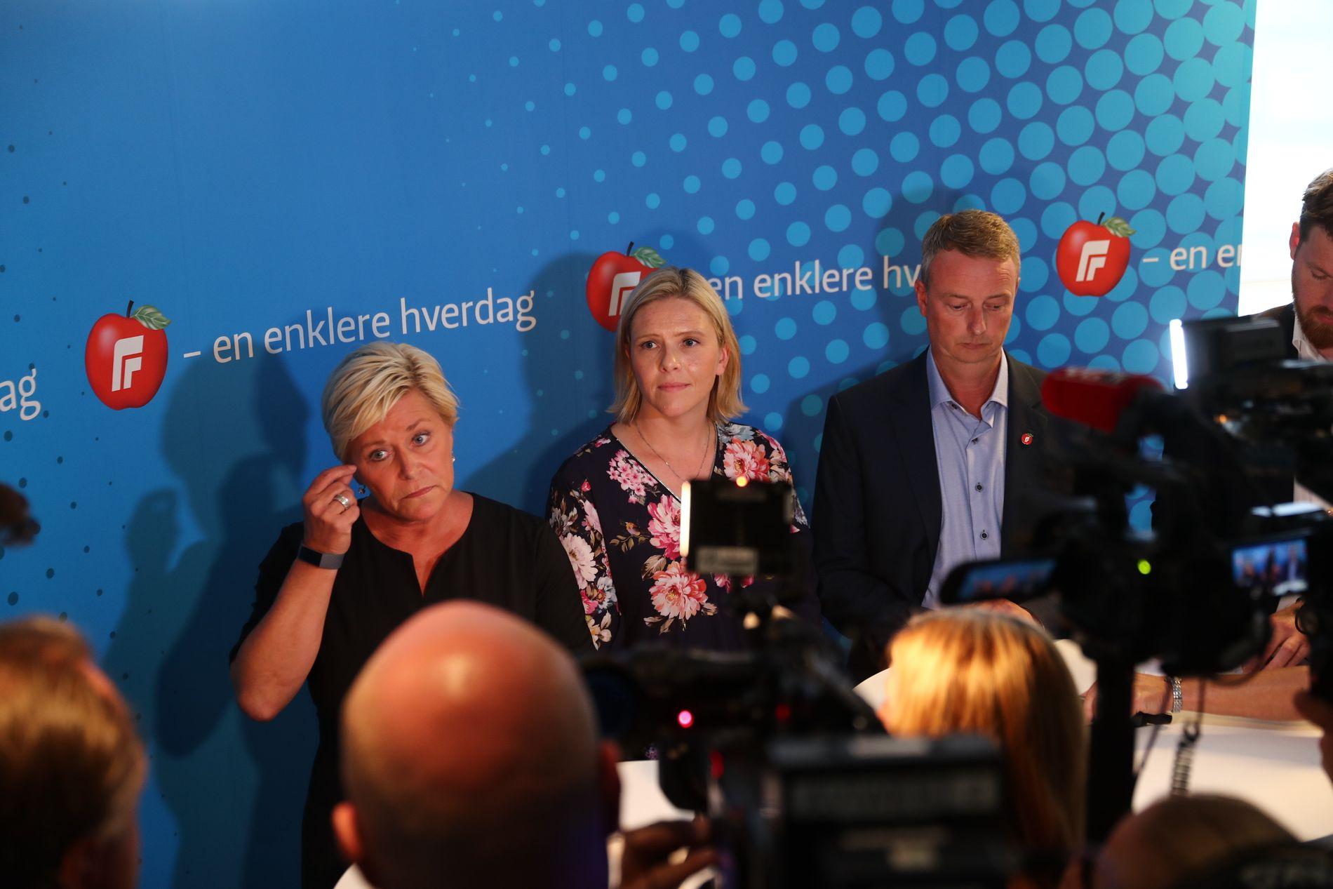 FRP-LEDELSEN: Partileder Siv Jensen (f.v.), nestleder Sylvi Listhaug og nestleder Terje Søviknes etter partiets ekstraordinære landsstyremøte 18. august.