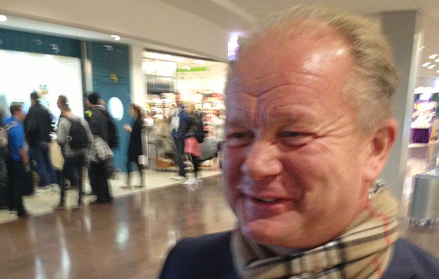 SMIL OG LATTER: Per-Mathias Høgmo var i strålende humør da han møtte VG på Arlanda klokken 12.30 fredag. Foto: Jostein Overvik