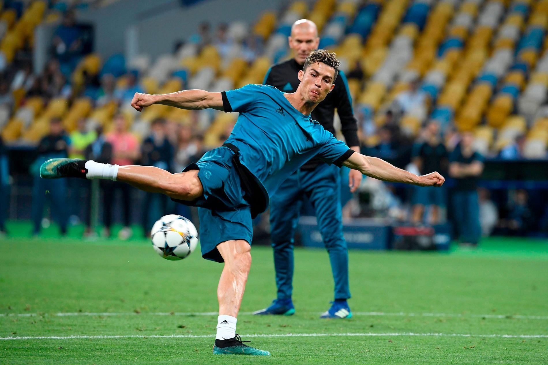 TO KONGER: Cristiano Ronaldo skyter, Zinédine Zidane følger med. To av tidenes beste spillere er klare for å senke Liverpool.