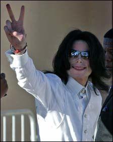 SMILTE: Michael Jackson har vært i godt humør stort sett hver eneste dag under rettssaken. Dette bildet ble tatt den første dagen av rettssaken 31. januar. Foto: AP