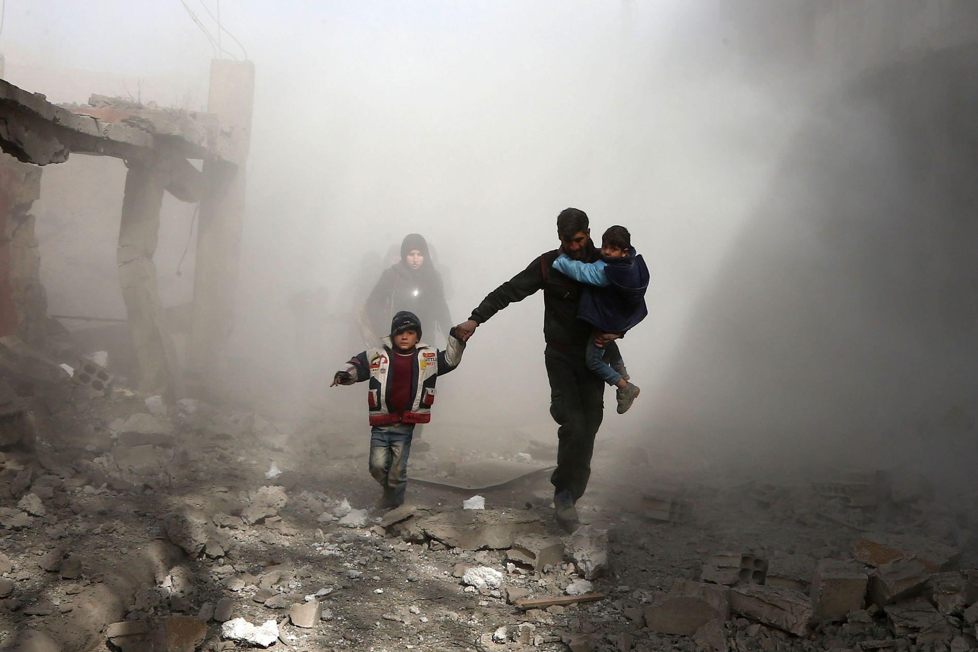 LØPER FOR LIVET: Sivile rømmer fra luftangrep i byen Jisreen i Øst-Ghouta 8. februar.