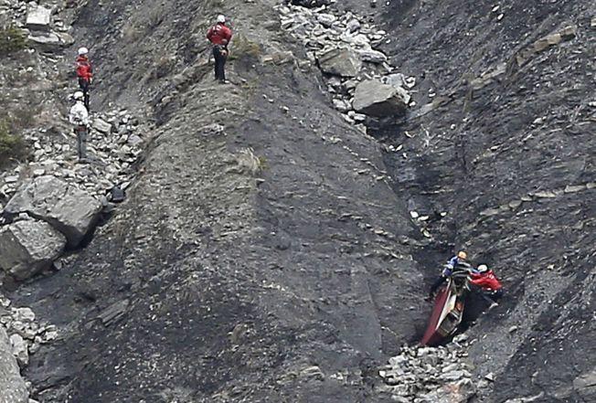 KREVENDE: Mannskapene står ovenfor en uhyre vanskelig jobb i fjellsiden hvor Germanwings-flyet styrtet.
