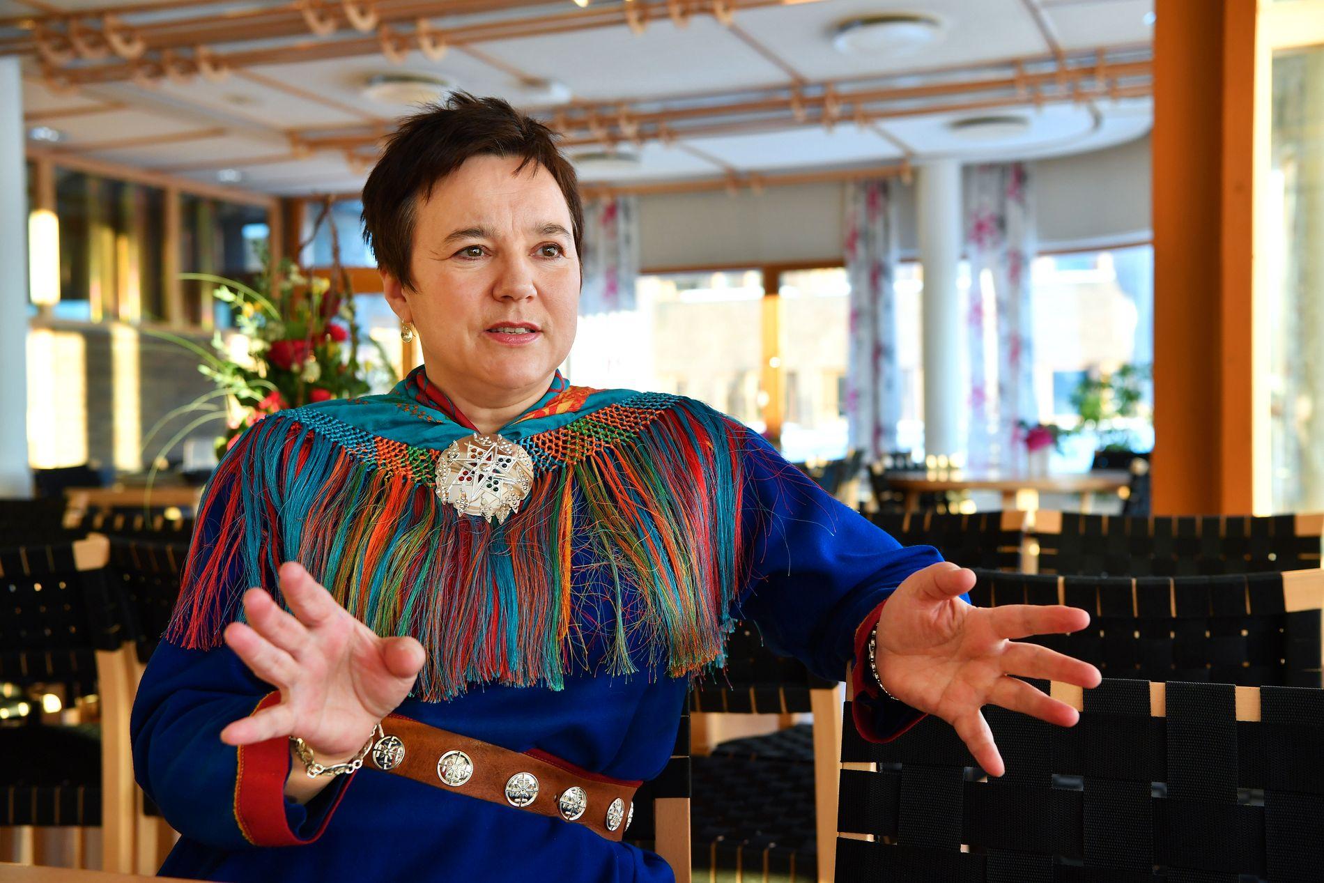 FORANDRET TALEN: Fylkesordfører Ragnhild Vassvik (51) i Finnmark har selv samisk bakgrunn og stilte i kofte på jobben på samenes nasjonaldag. Hun strøk bort samefolkets dag i sitt tale-manus på morgenen.