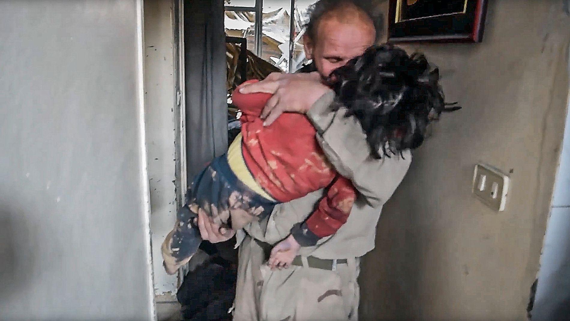 DOUMA: Denne mannen gikk inn i et hus der han fant barn som skal være  ofre for det som hevdes å være et gassangrep i Douma i Syria.
