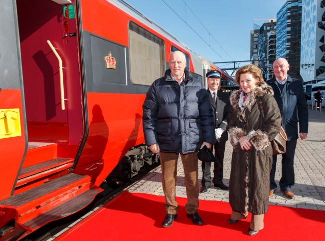 I år som i fjor skal kongeparet på påskeferie til hytta i Sikkilsdalen. Kong Harald og dronning Sonja dro fredag med tog fra Oslo S.