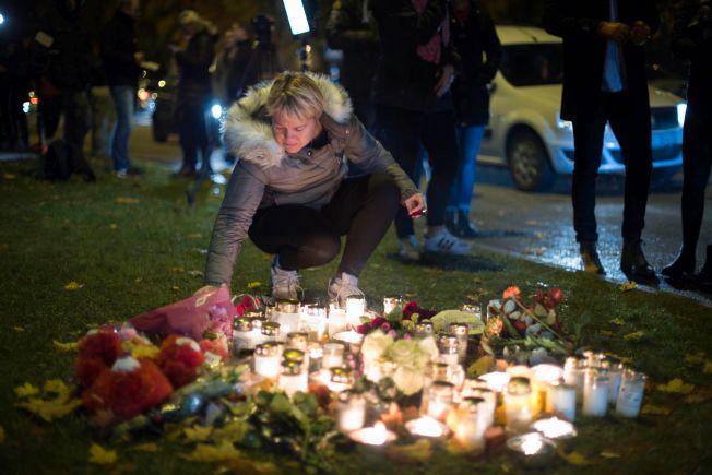 SORG: Skoletragedien i Trollhättan. Unge mennesker setter ned lys utenfor skolen.