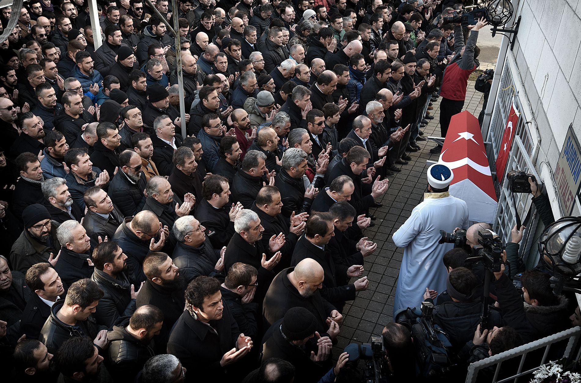 SAMLET I BØNN: Mannlige slektninger og venner av Fatih Cakmak under bønnen for den drepte sikkerhetsvakten i Istanbul.