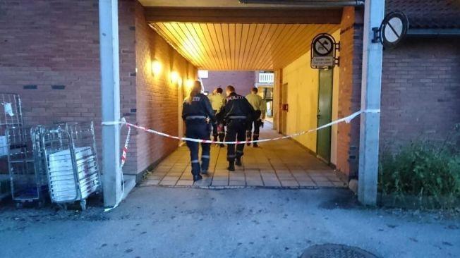SPERRET AV: Politiet har sperret av et større område etter fredagens knivstikking i Vennesla sentrum.