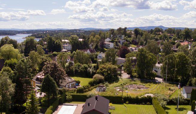 STRIDENS KJERNE: Problemene har stått i kø etter at Tone Damli og Markus Foss kjøpte denne villaen i Bærum. Nå er boligen revet.