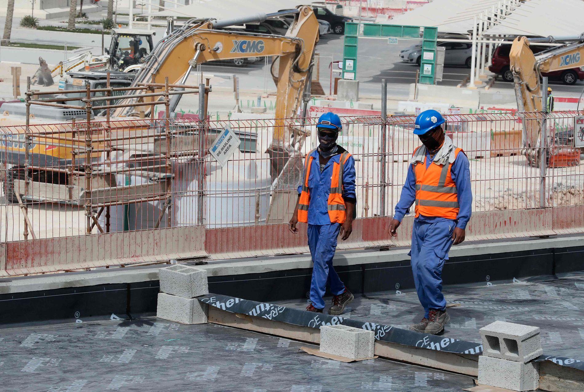 KRITIKK: Qatar får også kritikk for dårlige vilkår og rettigheter for arbeidere i landet, hvor en stor del av arbeidsstyrken er utlendinger. Her fra byggingen av Al-Wakrah Stadium, et av anleggene som skal brukes når landet arrangerer fotball-VM i 2022.