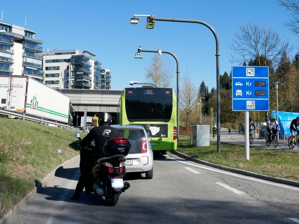 BOMPENGER: Dieselbiler forurenser mer lokalt, men bensinbiler er en global klimaversting. Derfor burde begge avgiftsbelegges litt, mener VG.