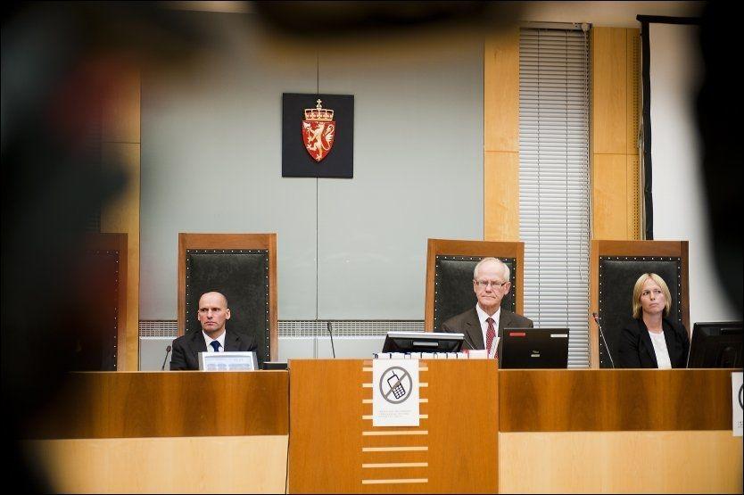 BLE AVBRUTT AV DOMMEREN: Anders Behring Breivik ble nektet å snakke til de fornærmede i Oslo tingrett i dag. Her forsvarer Geir Lippestad, sorenskriver Geir Engebretsen og statsadvokat Inga Bejer Engh. Foto: Scanpix