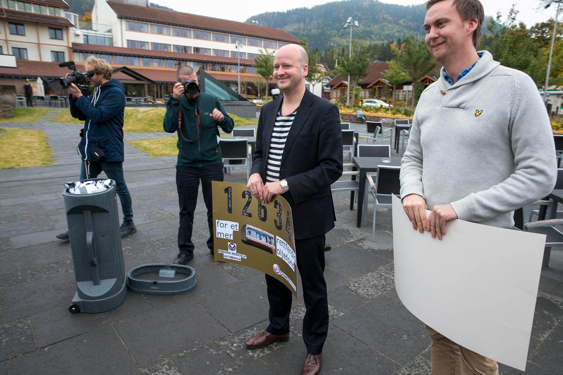 WARAS VENNER: Sigbjørn Aanes (til venstre) og Ole Berget stilte opp utenfor Sundvolden Hotell hvor regjeringen forhandlet i 2013.