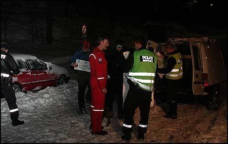 LETEAKSJON: Politi og annet letemannskap leter for fullt etter en 61 år gammel savnet kvinne i Nedre Eiker. Kvinnens bil ble funnet nedsnødd ved et stort turområde søndag. Foto: Ole Christian Nordby