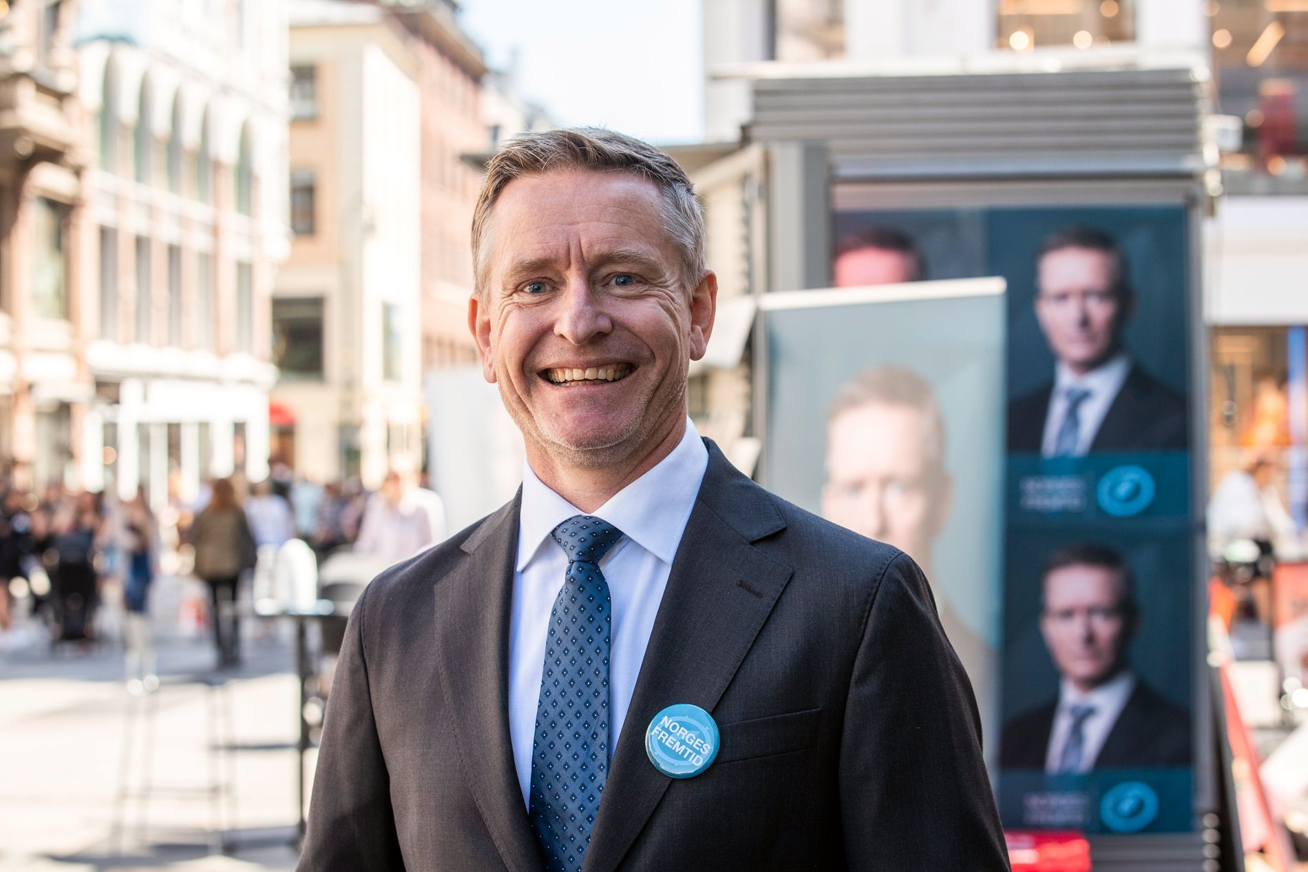 VILLE DU STEMT PÅ DENNE MANNEN: Henrik Mestad foran valgstanden «sin» på Egertorget mandag ettermiddag.