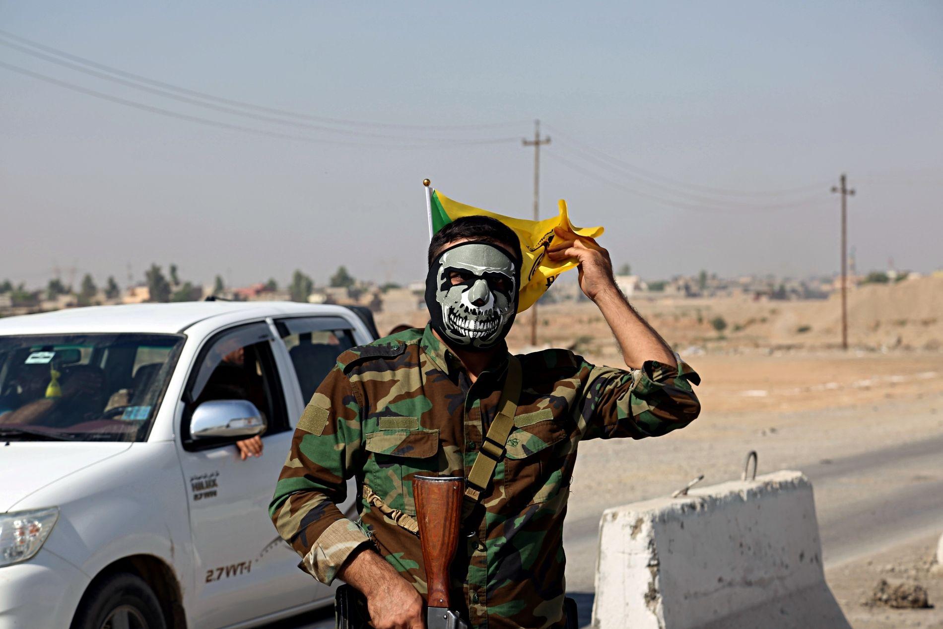 MILITS: En soldat fra sjiamilitsen PMU står vakt i Tuz Khormato, 21 mil nord for Bagdad, 16. oktober.