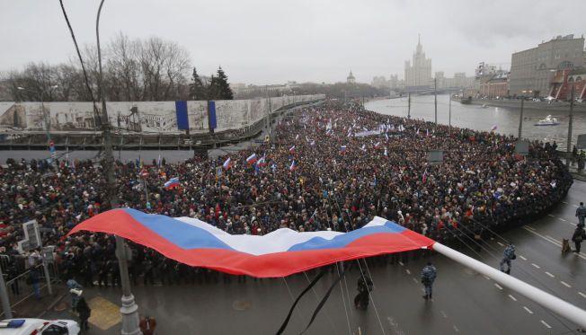 ENORME FOLKEMENGDER: Titusenvis av personer stilte opp i minnemarkeringen for opposisjonspolitikeren Boris Nemtsov søndag.