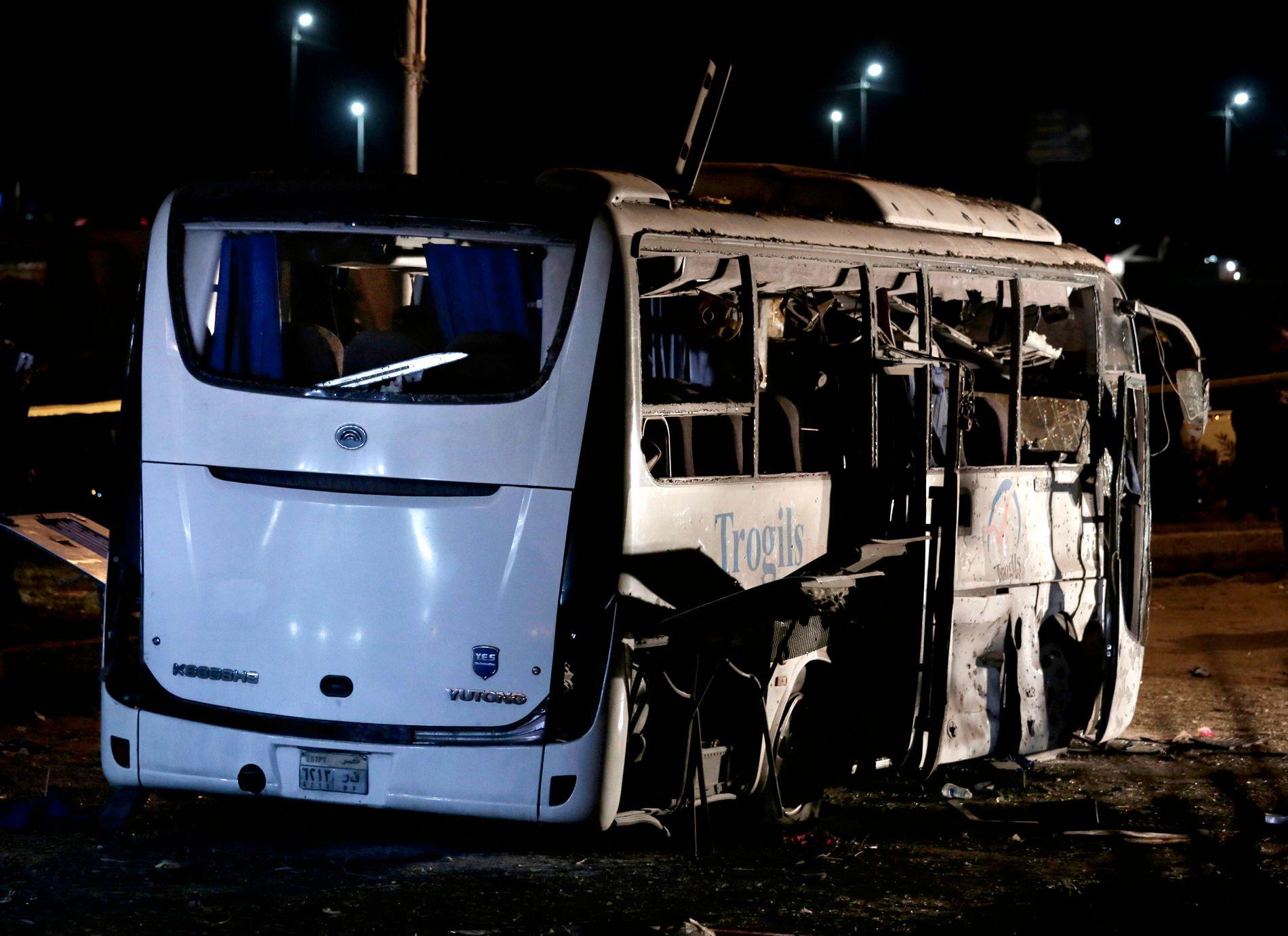 STORE SKADER: Slik så bussen ut etter veibombeangrepet fredag kveld.