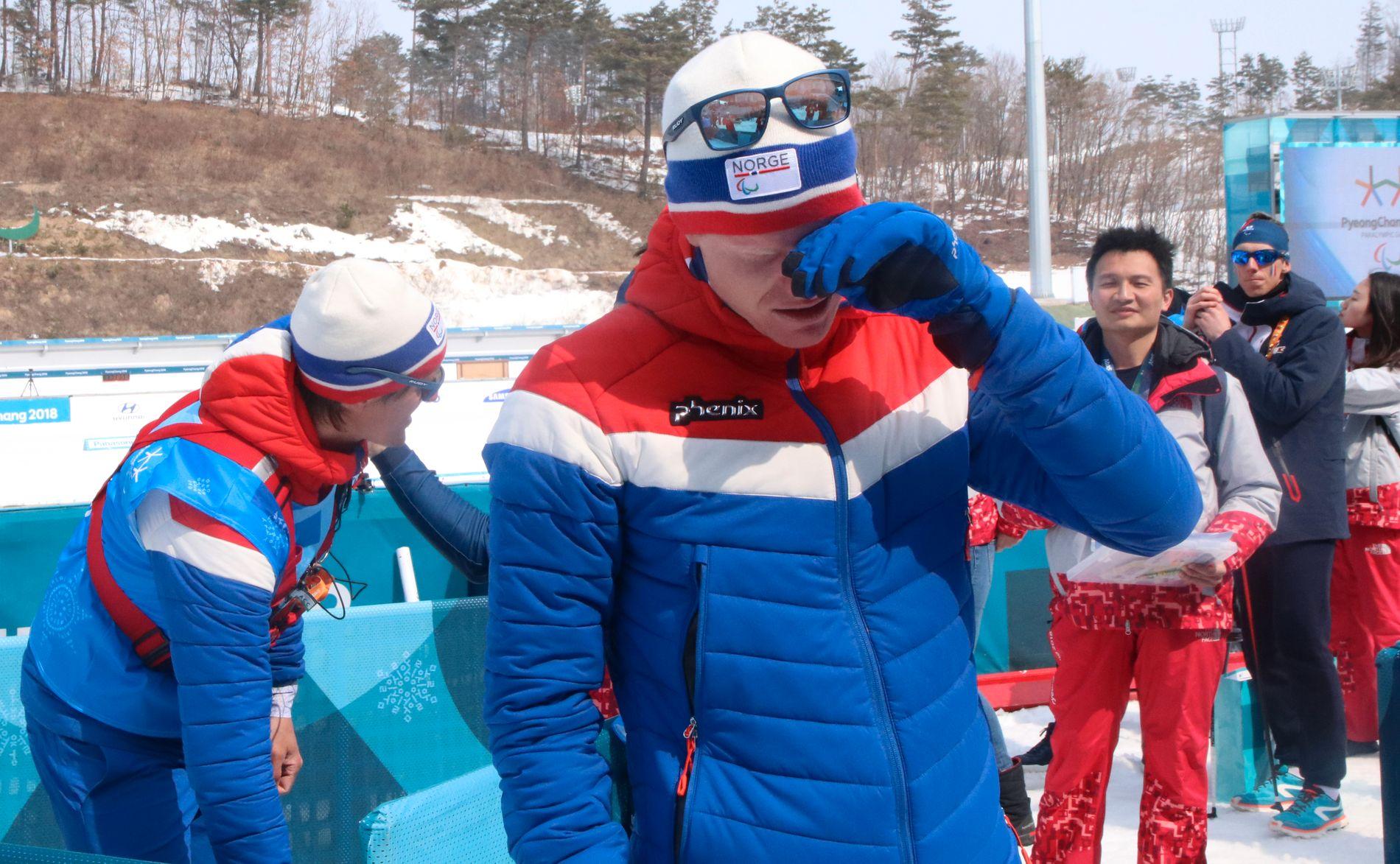 GLEDESTÅRER: Håkon Olsrud var meget emosjonell etter å ha sikret Norge den første medaljen i Paralympics.