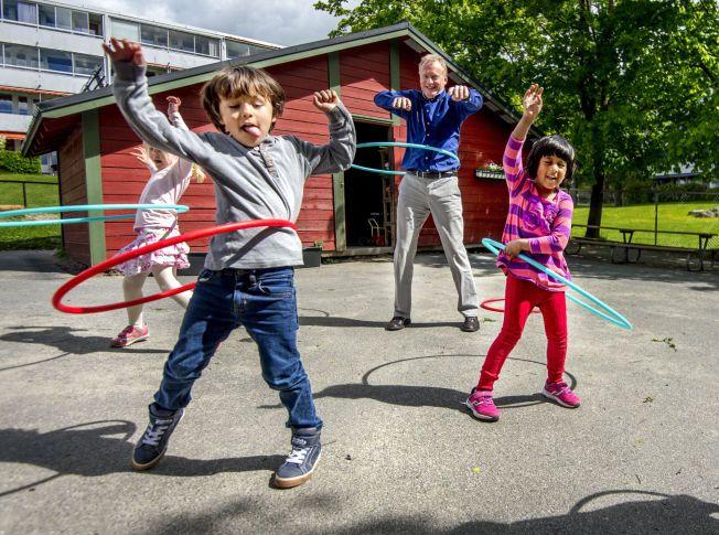 ROCKER MED BARNA: Aps Raymond Johansen prøver seg på rockering sammen med Gabriel, Isabel og Raksana i Sandbakken barnehage. Nå lover han å bruke én milliard fra boligskatten til å sikre 2000 nye barnehageplasser