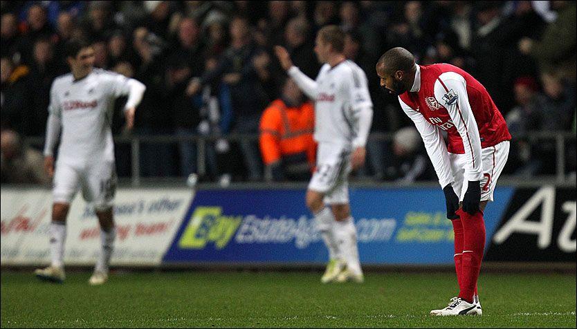 TAPTE: Thierry Henry fortvilte mens Swansea-spillerne jublet for nok et mål. Swansea imponerte mot Arsenal. Foto: PA